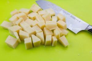 Coupez le parmesan en petits morceaux