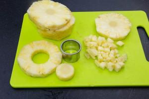 Réservez une belle tranche de l'ananas et coupez-en trois ou quatre autres en petits dés