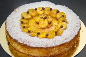 Démoulez le gâteau et décorez le