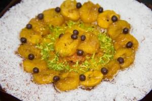 Démoulez et décorez de rondelles de bananes et de billes en chocolat