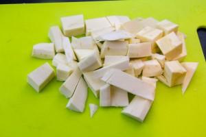 Coupez grossièrement le reste des panais en cubes