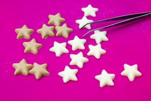 Toujours manipuler les décorations en chocolat avec des pinces!