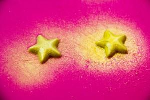 ulvériser du colorant alimentaire doré sur vos étoiles