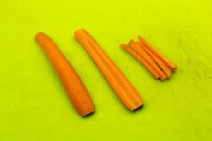 Taillez les carottes en petits bâtonnets
