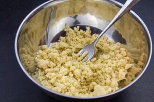 Mélangez à la fourchette le sucre, la farine, la poudre de noisette et le beurre