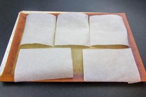 Coupez une douzaine de carrés de papier cuisson