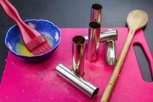 Beurrez généreusement les manches de vos cuillères en bois ou cylindres métalliques