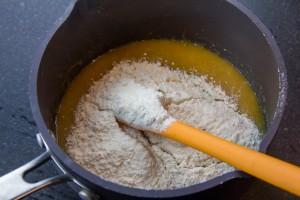 Versez alors la farine, le gingembre et le jus de citron