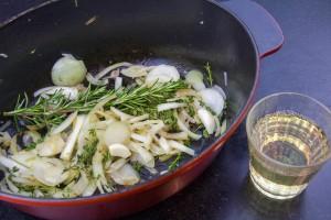 Ajoutez dans la cocotte les oignons, l'ail, le thym, le romarin