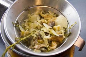 Filtrez le jus au travers d'une passoire. Si vous voulez ôter le gras laissez décanter la préparation au frais pendant une heure ou deux ; le gras va remonter à la surface et vous pourrez l'enlever sans problème