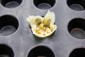 Déposez les quatre carrés de pâte à filo dans les moules et replissez avec la mélange de fruits secs