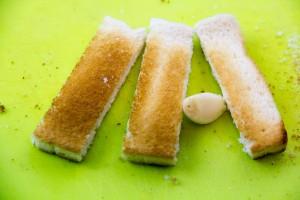 Frottez chaque mouillette avec la gousse d'ail.
