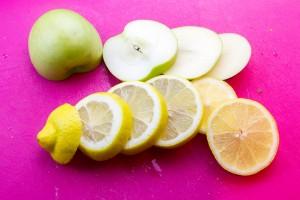 Coupez les pommes et les citrons en tranches