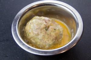 Plongez la boulette farinée dans l'œuf battu