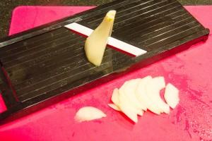 Coupez les poires en tranches fines à la mandoline