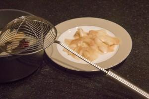 Égouttez les tranches de poires