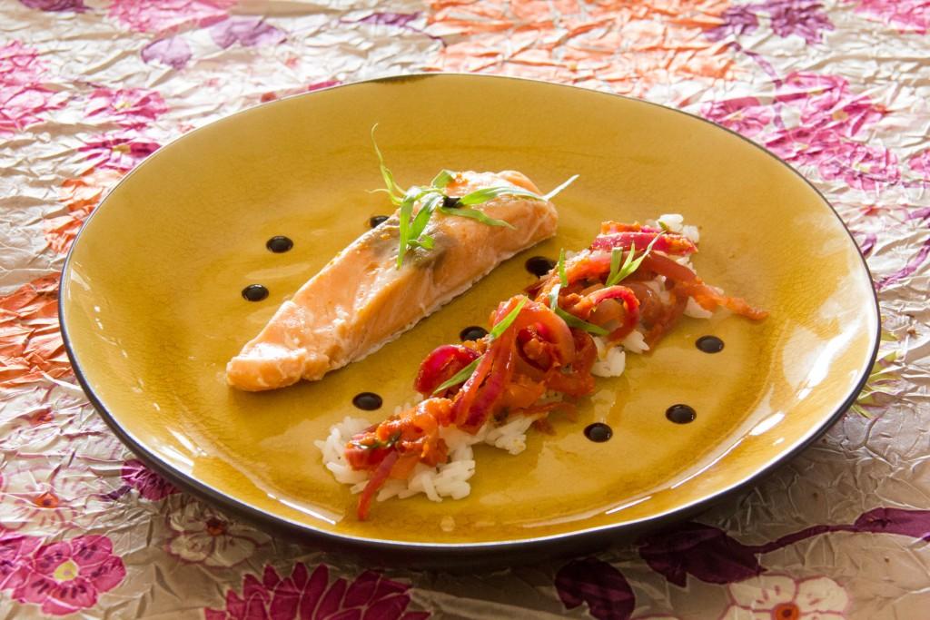 Saumon basse température et sa compotée de tomate aux oignons rouges
