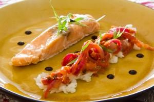 Saumon basse température et sa compotée de tomate aux oignons rouges et estragon