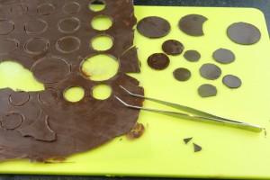 Décollez les pastilles de chocolat