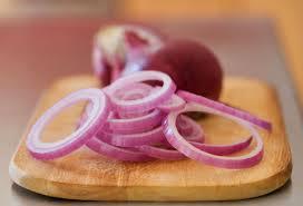 Coupez l'oignon rouge en tranches