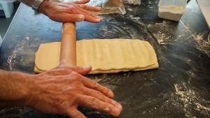 Écrasez la pâte au préalable en plusieurs endroits avec le rouleau à pâtisserie