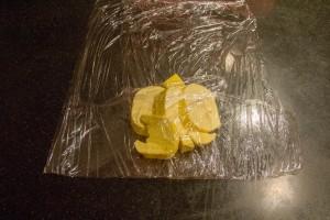 Posez les 300 g de beurre entre deux feuilles de papier film
