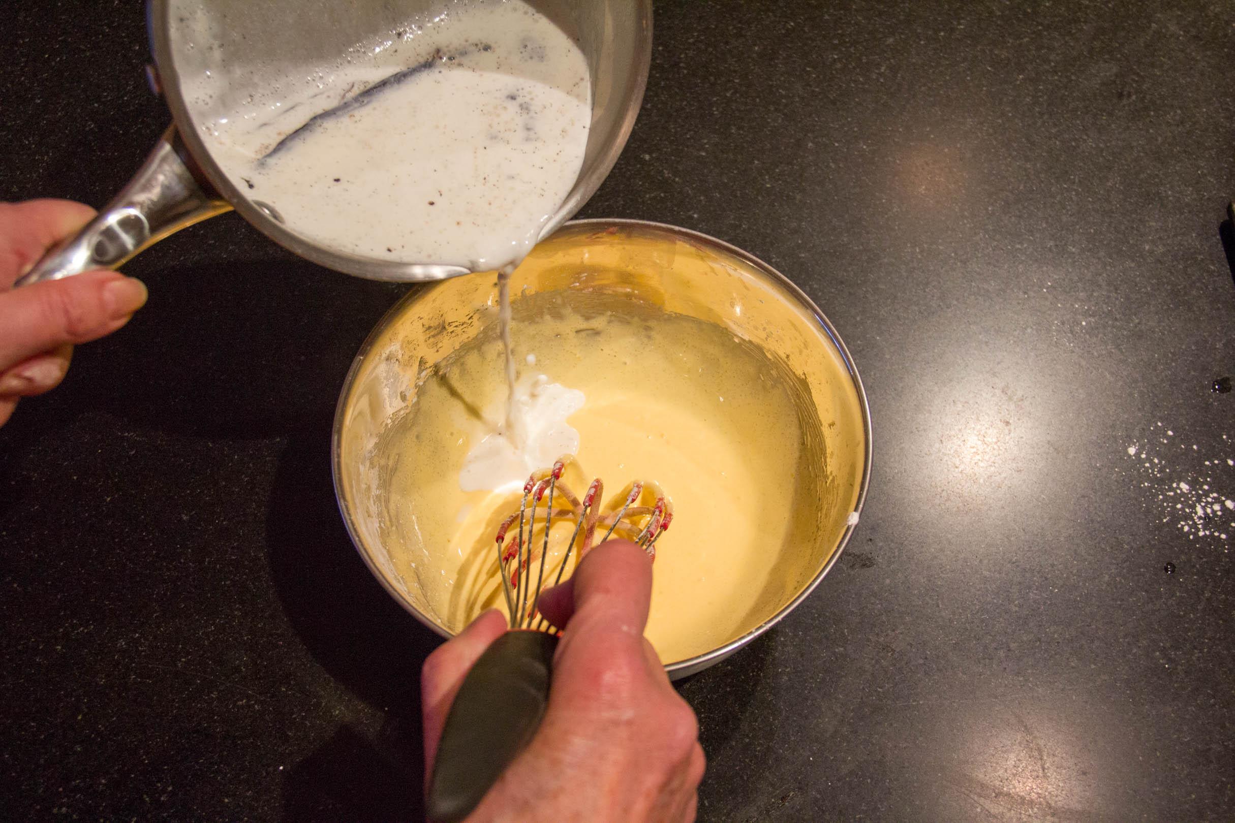 Versez progressivement le lait chaud sur la crème