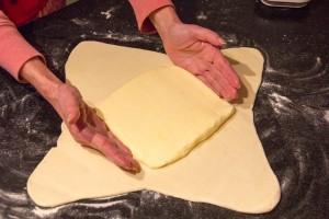 Placez le carré de beurre en son centre