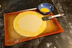 Dorez au pinceau le pourtour de la pâte