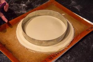 Imprimez u rond autour de la frangipane à l'aide d'un deuxième cercle plus petit