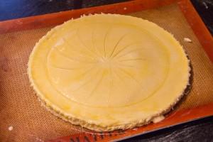Décorez le dessus de la pâte avec le point d'un petit couteau