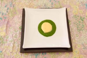 Déposez une belle cuillerée de purée de persil au milieu de l'assiette et disposez par dessus la crème d'ail démoulée