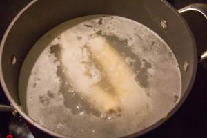 Plongez les hot-dogs dans l'eau bouillante et cuire 30 secondes.