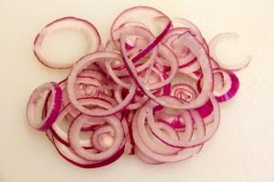 Coupez l'oignon rouge en rondelles