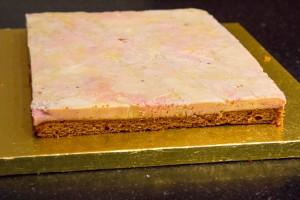 Retournez le cadre sur un plateau et démoulez le gâteau de foie gras