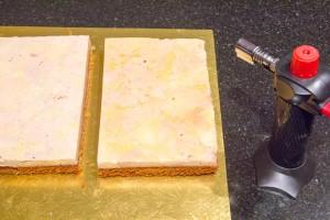 Puis l'aide d'un chalumeau passez raidement à la flamme le côté foie gras