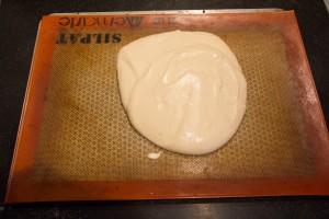 Déposez la pâte à génoise sur le silpat