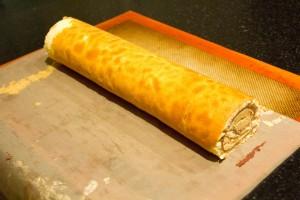 Roulez la bûche bien serrée dans le papier cuisson
