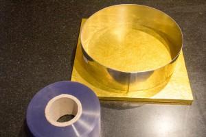 Chemisez le cercle d'un morceau de rhodoïd de la même hauteur.