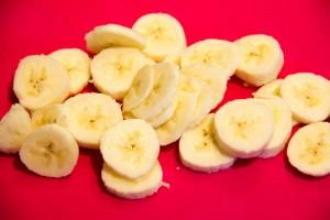 Épluchez et coupez une banane en rondelles