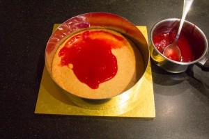 Déposez de la confiture de fruits rouges sur le sablé à l'aide d'un pinceau