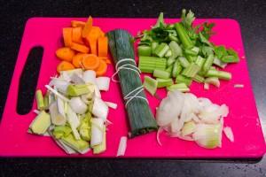 Nettoyez les légumes pour le fumet