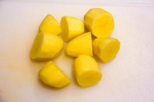 Coupez les pommes de terre en deux
