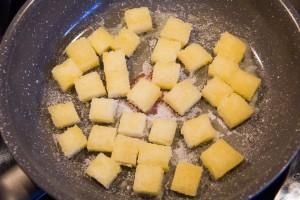 Faites revenir les croûtons de pain à la poele