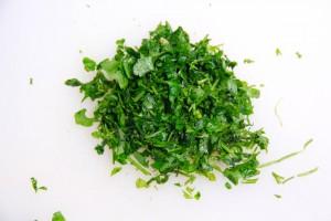 Hachez des feuilles de persil