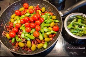Ajoutez les asperges et tomates cerises