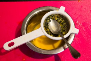 Passez la pulpe des fruits de la passion au tamis pour en extraire le jus