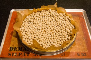 Précuire la pâte avec les billes en céramique