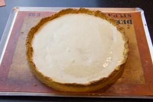 Garnissez le dessus de la tarte refroidie de crème pâtissière.