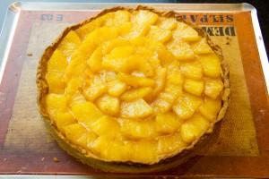 Puis disposez les morceaux d'ananas en cercle en commençant par l'extérieur.